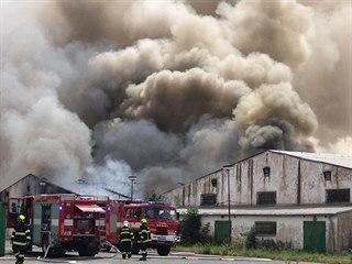 Požár haly s bateriemi v Tursku u Prahy. (16. 7 .2019)