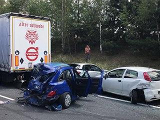 Dálnici D6 uzavřela na 15. km ve směru na Prahu hromadná nehoda dvou kamionů a...