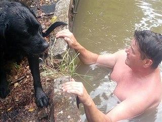 Dvojice mužů objevila v Náchodě v staré čističce labradora, jeden pro něj...