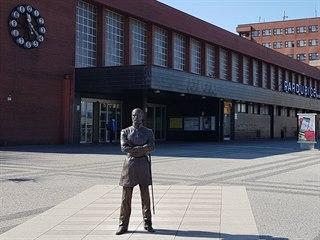 Socha Jana Pernera před pardubickým nádražím