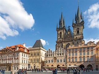 Před poslední rekonstrukcí měl Dům U Kamenného zvonu hladkou novobarokní fasádu...