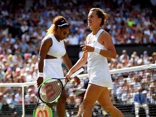 Barbora Strýcová si vyměňuje strany se Serenou Williamsovou v semifinále...