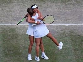 Barbora Strýcová se raduje se Sie Šu-wej z vítězství ve Wimbledonu.