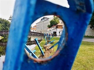 Odřezání zábradlí vyvolalo mezi obyvateli města diskusi. Podle ankety města je...