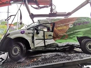 Zničené osobní auto po střetu s tramvají v Trojské ulici.