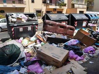 Neuklizené odpadky v římské čtvrti Centocelle (10.7.2019)