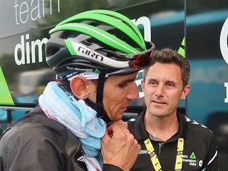 Český cyklista Roman Kreuziger po 15. etapě Tour de France, vedle něj je šéf...