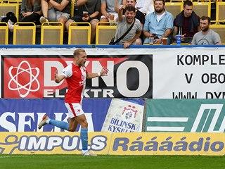 Slávistický útočník Mick van Buren slaví gól do teplické sítě.