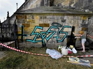 Restaurátoři začali s odstraňováním graffiti z Karlova mostu. (27. července...