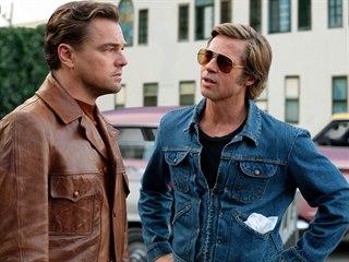 Leonardo DiCaprio a Brad Pitt ve filmu Tenkrát v Hollywoodu