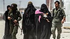 Uřezané hlavy, právo šaría, výhrůžky bezvěrcům celého světa. Uprchlický tábor v Sýrii ovládly islamistky