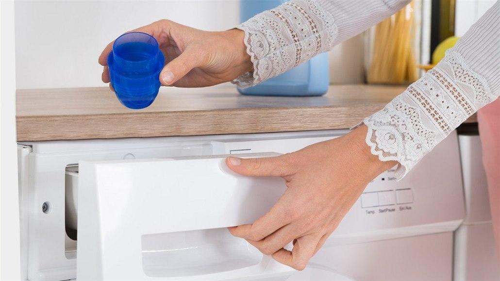 Jedno praní uvolní do vody stovky tisíc mikroplastů, potvrdila studie