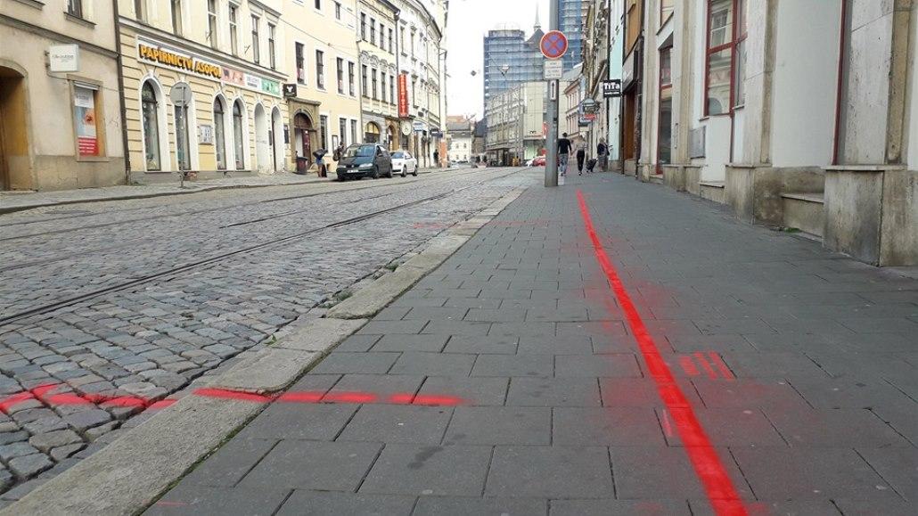 Opozice ukázala křídou chystané zúžení chodníku, město za čištění platilo