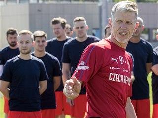 Novináři si v Praze na Strahově vyzkoušeli fotbalový trénink pod vedením kouče...