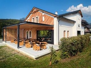 Architekti pamatovali i na venkovní kryté posezení.