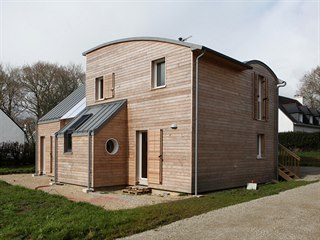 Dřevo a beton představují základní materiály konstrukce tohoto přírodního domu.