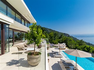 Čtyři elegantní vily s nádhernými výhledy na moře a nekonečnými bazény stojí na...