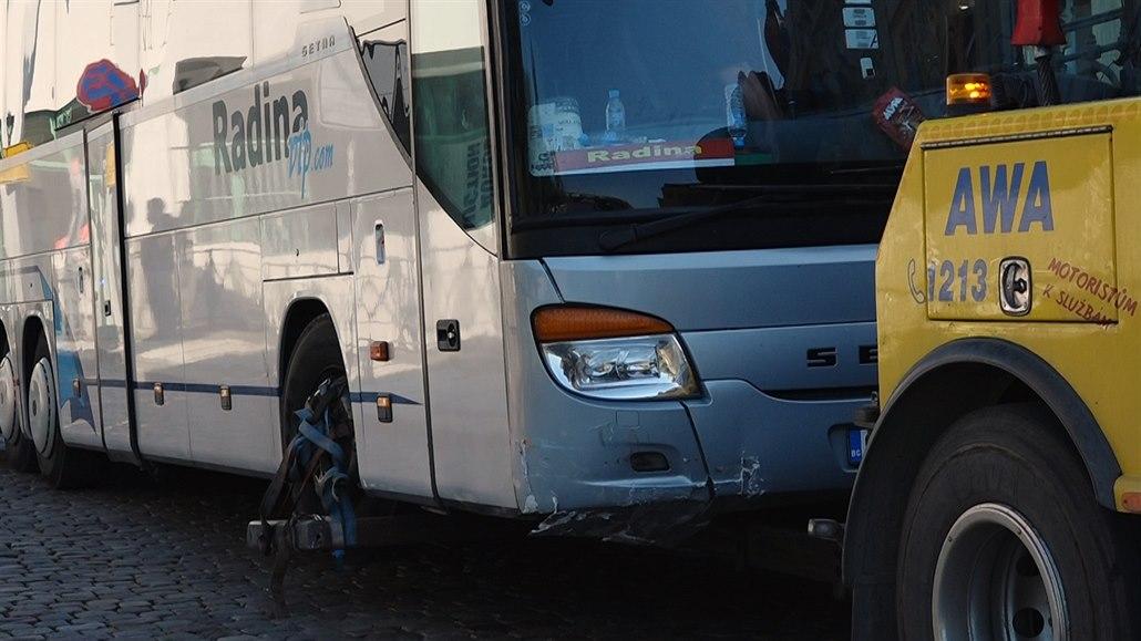 Autobus najel do sloupku na náplavce, po havárii visí nad vodou