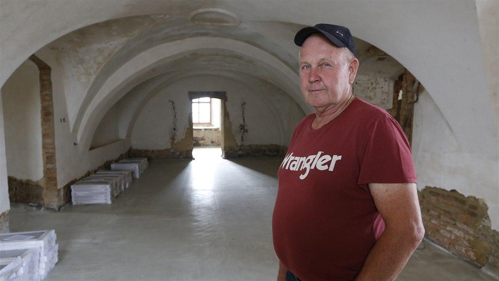 Koupil zdevastovaný zámek a opravuje ho, bojuje ale s památkáři