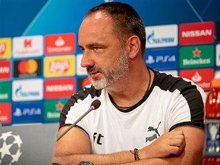 Slávistický kouč Jindřich Trpišovský na tiskové konferenci před zápasem v Kluži.