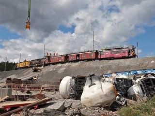 Opravy trakčního vedení na místě, kde vykolejil vlak s vápencem. (13. srpna...