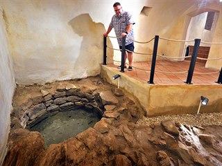 Ředitel sokolovského muzea Michael Rund v podzemí zámku. Na snímku jsou vidět...