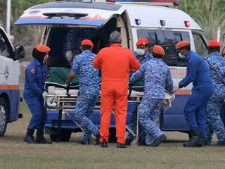 Malajsijští záchranáři převážejí tělo pohřešované patnáctileté dívky. (13....