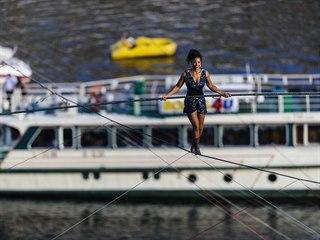 Světoznámá provazochodkyně Tatiana-Mosio Bongonga úspěšně přešla přes Vltavu od...