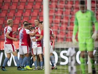 Slávisté se radují z branky, kterou otevřel Lukáš Masopust skóre v utkání s...