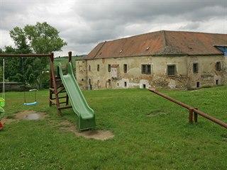 Takto vypadal zámek ve Stránecké Zhoři v létě 2004. Patnáct let poté už získává...
