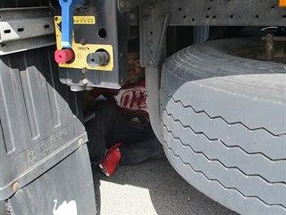 Dvacetiletý Afghánec byl ukrytý na rezervních kolech návěsu.