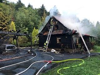 Roubenku v Kunčicích pod Ondřejníkem požár těžce poškodil, plameny zničily i...