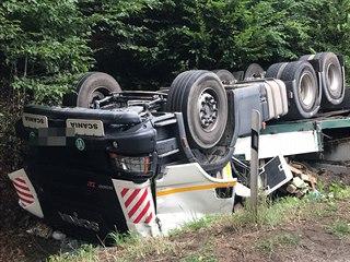 Vozidlo sjelo ze silnice do příkopu a převrátilo se na střechu (19. srpna 2019)