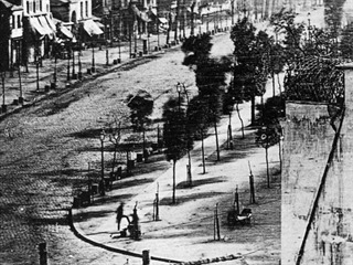 """Pohled na """"Boulevard du Temple"""", který vyfotografoval Daguerre na konci roku..."""