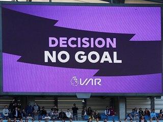 Gól neplatí, oznamuje světelná tabulce na stadionu Manchesteru City poté, co...