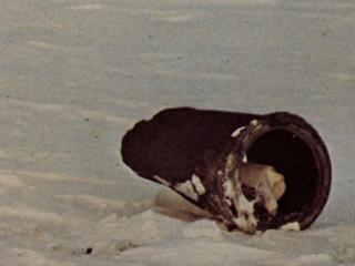 Druhý největší nalezený díl Kosmosu 954 na zamrzlém Velkém Otročím jezeře....
