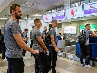 Fotbalisté Slavie při odletu na utkání předkola Ligy mistrů do Rumunska.