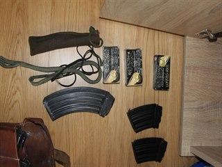 Při domovní prohlídce u zadrženého podvodníka objevili kriminalisté zbraně a...