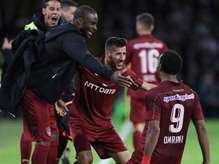 Fotbalisté rumunské Kluže se radují z gólu Billela Omraniho.