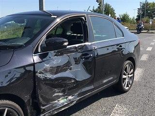 V Prosecké ulici se srazila motorka policie s osobním autem. (15.8.2019)