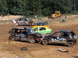 V areálu bývalé pískovny v Mohelnici se uskutečnily demoliční závody autovraků.