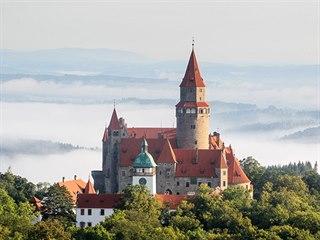 Účastníkům balonové fiesty startujícím od hradu Bouzova na Olomoucku se i letos...