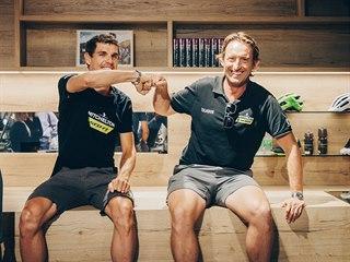 Matt White (vpravo), šéf stáje Mitchelton-Scott, a jihoafrický cyklista Daryl...