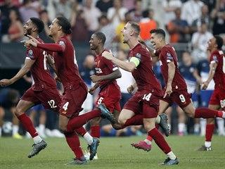 Fotbalisté Liverpoolu slaví triumf v Superpoháru proti Chelsea.