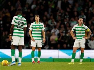 Zklamaní fotbalisté Celtiku Glasgow poté, co ve třetím předkole Ligy mistrů...