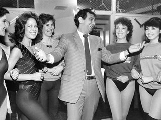 Plácido Domingo s tanečnicemi ze skupiny The Rockettes (New York, 27. února...