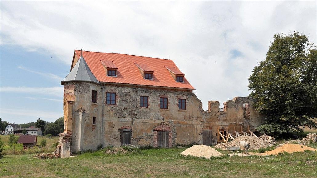Polovina kopaninského zámečku už je pod střechou, druhá na záchranu čeká