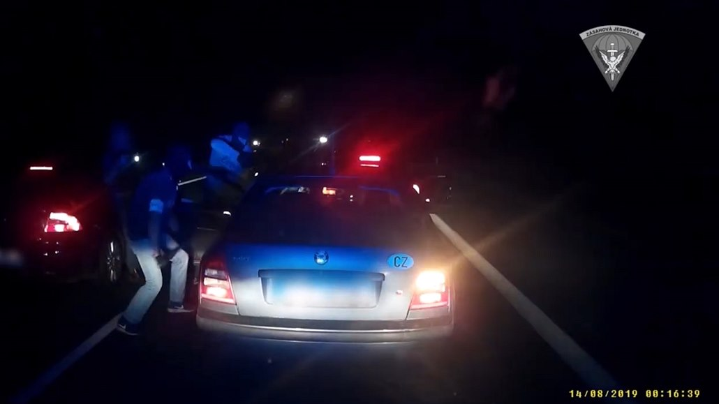 Zásahovka vytáhla z auta dealera heroinu, záhy zatkli i jeho bratra