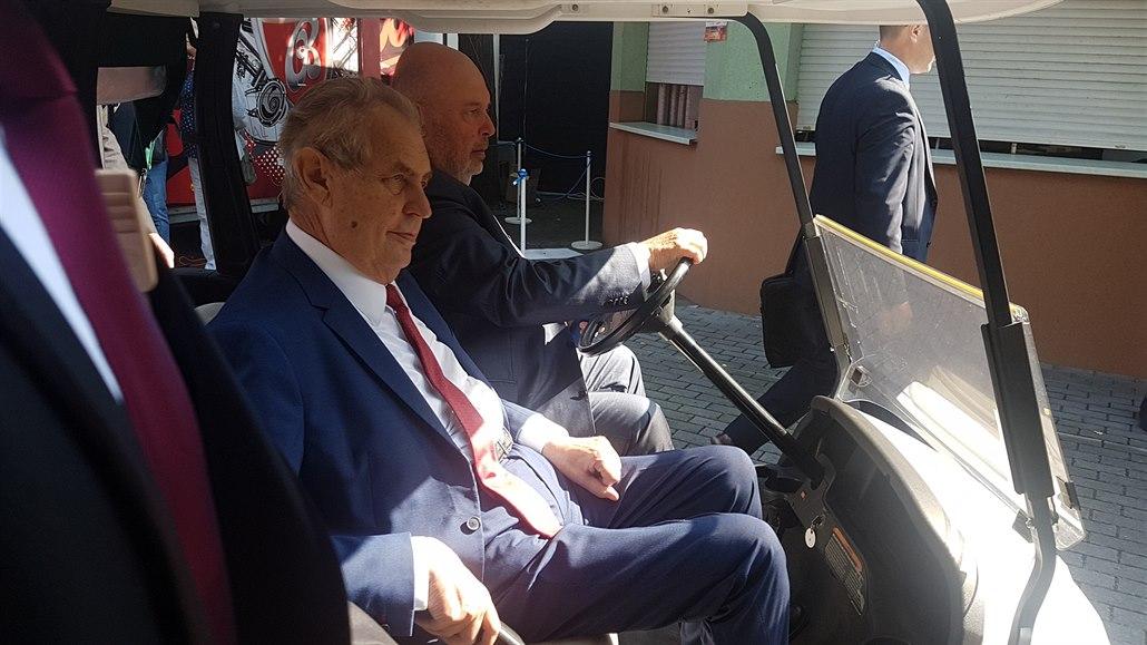 Zemana přivezl na Živitelku v golfovém vozíku ministr zemědělství