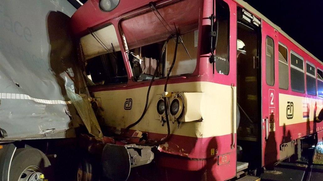 Náklaďák se na přejezdu střetl s vlakem, zraněný je strojvůdce a cestující